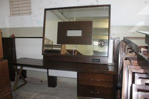 111, 8' Desk w/Mirror TV Mount